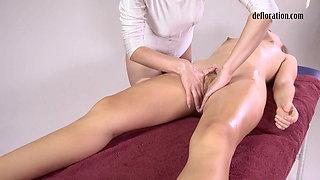 Russian Jankovska's first time oil body massage by a sexy masseuse