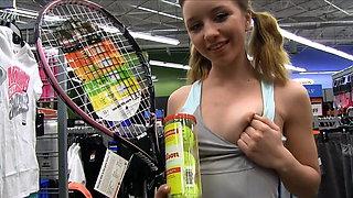 Preciosa anglosajona raquet insertion in public store objet