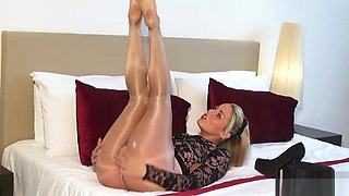 ART OF GLOSS PANTYHOSE SHINY GLOSSY LEGS TEASE