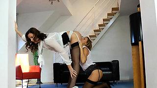 British glamour milf pussylicked in ffm trio