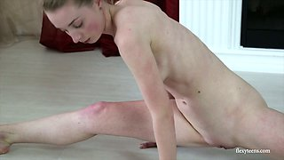 Ardent sporty flexible hottie Anna Mostik does bridge while being all naked