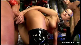 Blonde bombshell in latex Liliane Tiger ass fucked in MMF threesome