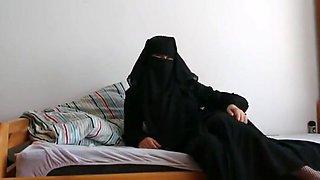 Une musulmane voilee se gode le fion