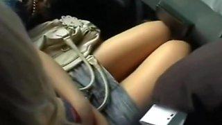 La acarica en el bus  muslos y pecho