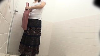 Asian ho pisses in toilet